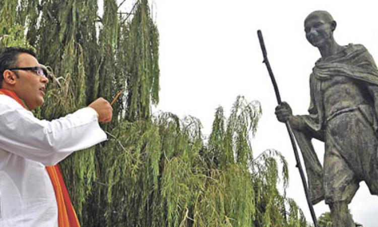 Gandhi no disfruta de su homenaje al no recuperar aún las gafas de cerca